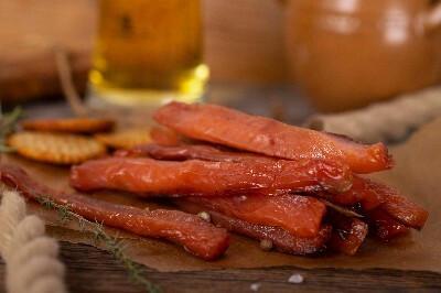 Kamtschatka Buckellachs Filetstreifen gesalzen und gedoerrt, leicht geraeuchert, ohne Haut. Aus Wildfang, ueber Buchenrauch kaltgeraeuchert/lose.