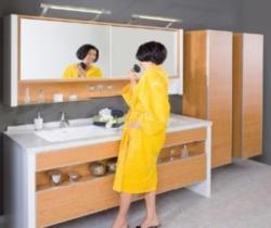 Doppelbad mit großem Spiegelschrank mit Schiebetüren in Dekor Erle und Perlweiß